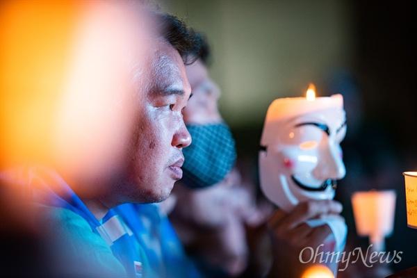 3일 오후 서울 종로구 세종문화예술회관 옆 계단에서  대한항공직원연대 1주년 기념 촛불집회가 열리고 있다.