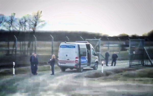 헝가리-세르비아 국경 철조망 옆에서 만난 폭력 경찰과 그의 동료들.