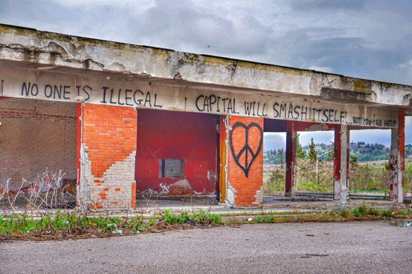 그리스 국경 에브조노이의 버려진 건물에 쓰여진 문장 No one is illegal