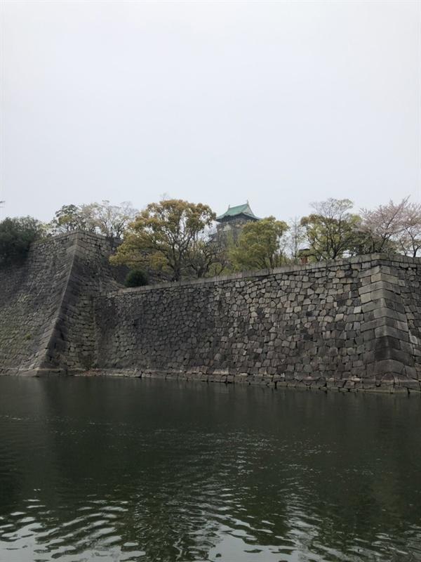 오사카성 해자 건너 오사카성의 천수각이 보인다.