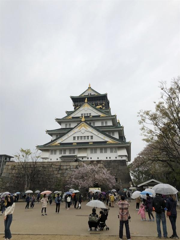 오사카성의 천수각 많은 사람들이 사진을 찍고 있다.