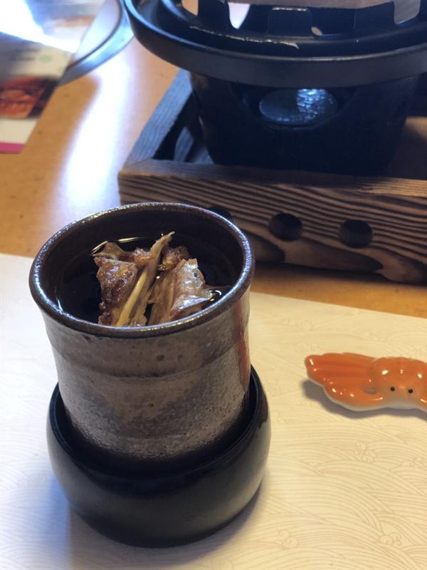카니도라쿠의 게술(카니자케) 구운 게로 향을 낸다.