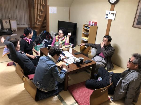 """숙소의 거실 """"우리"""" 일본집 거실에서 고단한 몸은 휴식을 취한다."""