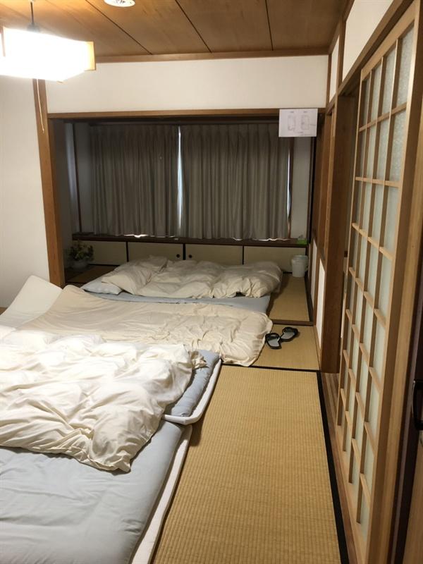 숙소의 침실 2층 침실에 준비되어 있던 침구