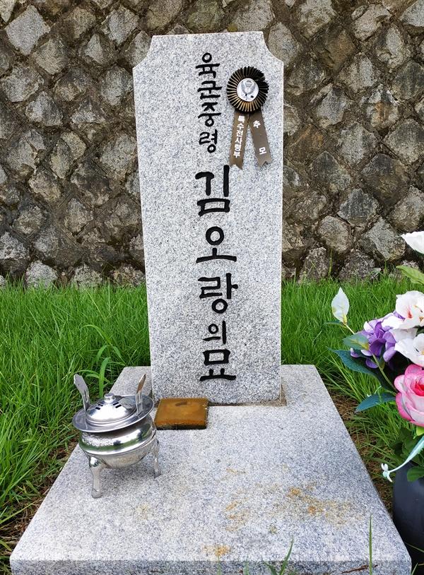 29묘역에 있는 육군중령김오랑의 묘 김오랑은 1979년 전두환 신군부세력의 12.12쿠데타 당시 정병주 특전사사령관의 비서실장이었는데, 반란군에 맞서 총격전을 벌이다 7발의 총탄을 맞고 전사하였다.