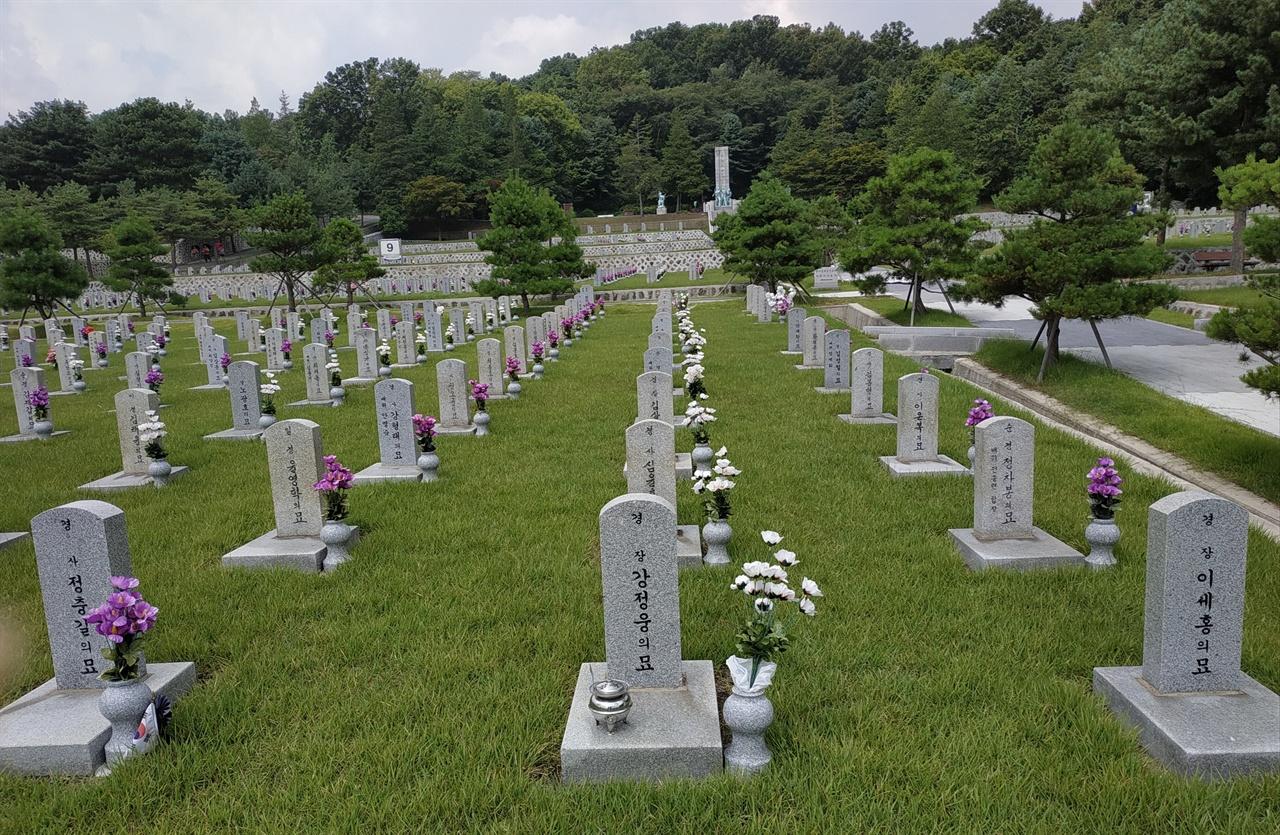 5.18민주화운동 당시 숨진 순직 경찰의 묘 8묘역에는 5.18민주화운동 당시 시위대의 버스에 치여 숨진 박기웅, 이세홍, 강정웅 경장과 정충길 경사의 묘가 있다.