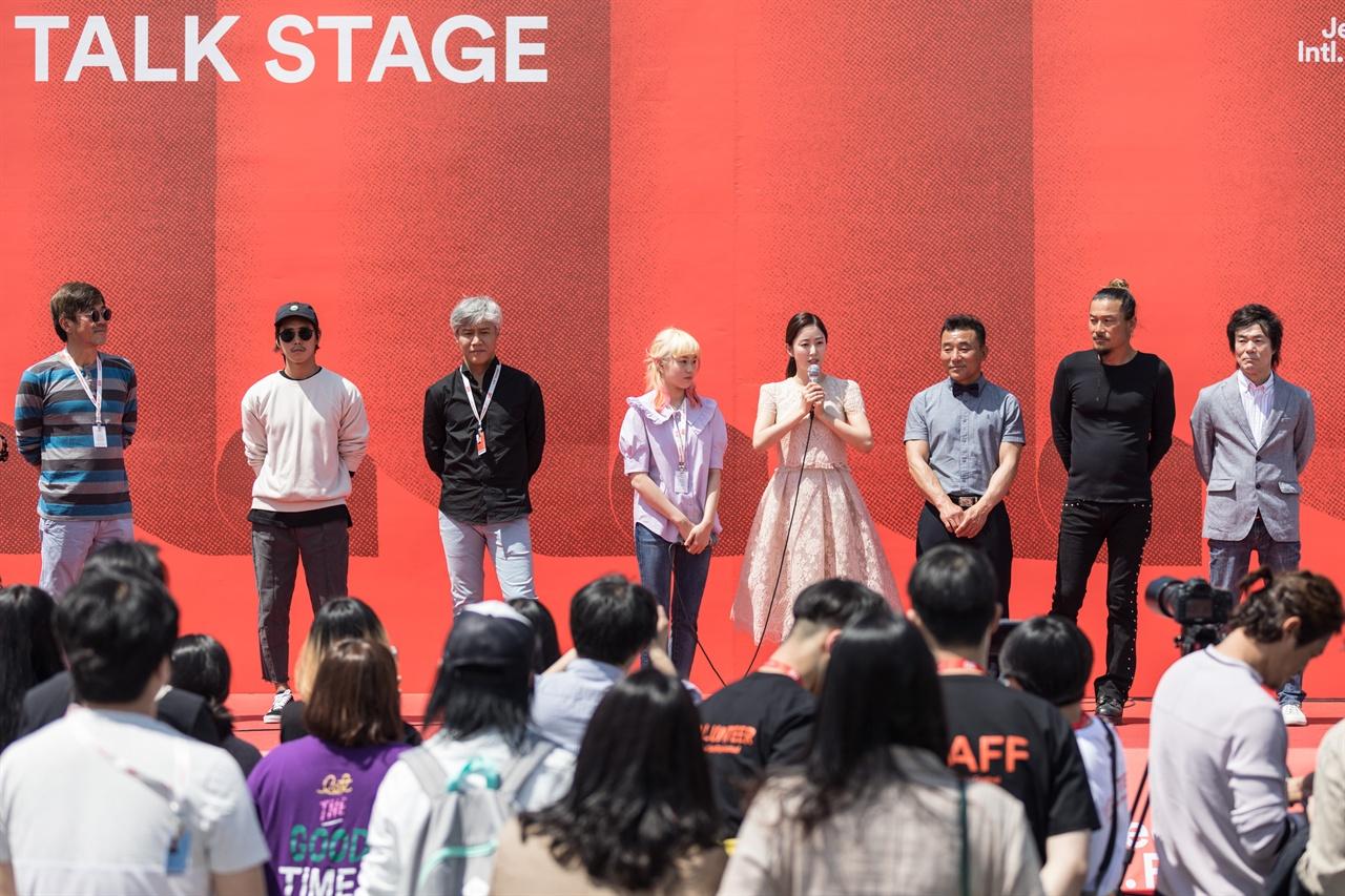 <죽도 서핑 다이어리> 감독과 배우들이 3일 전주영화제 상영에 앞서 야외무대에서 관객들에게 인사하고 있다.