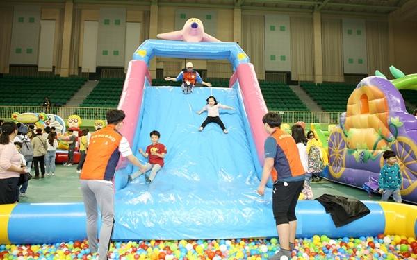 5일 어린이 날을 맞아 열린 '서산 어린이 가족 한마당 축제'에서 어린이들이 놀이기구에 몸을 맡기며 즐거운 시간을 보내고 있다.