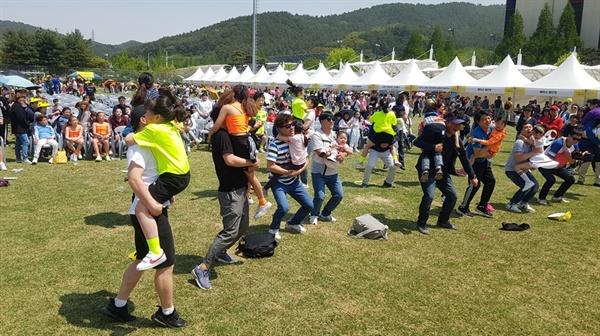 5일 서산종합운동장 보조경기장에서 열린 '서산 어린이 가족 한마당 축제'에 참가한 어린이들이 아빠와 함께 레크레이션을 즐기고 있다.