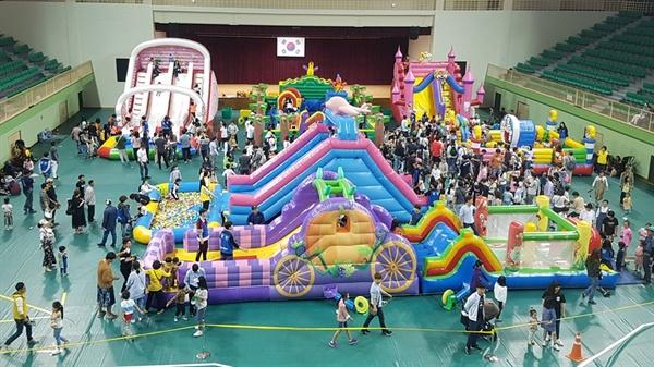 5일 어린이날을 맞아 서산종합운동장 보조경기장에서는 '서산 어린이 가족 한마당 축제'가 열렸다. 서산시민체육관에 마련된 놀이기구에서 어린이들이 즐거운 시간을 보내고 있다.