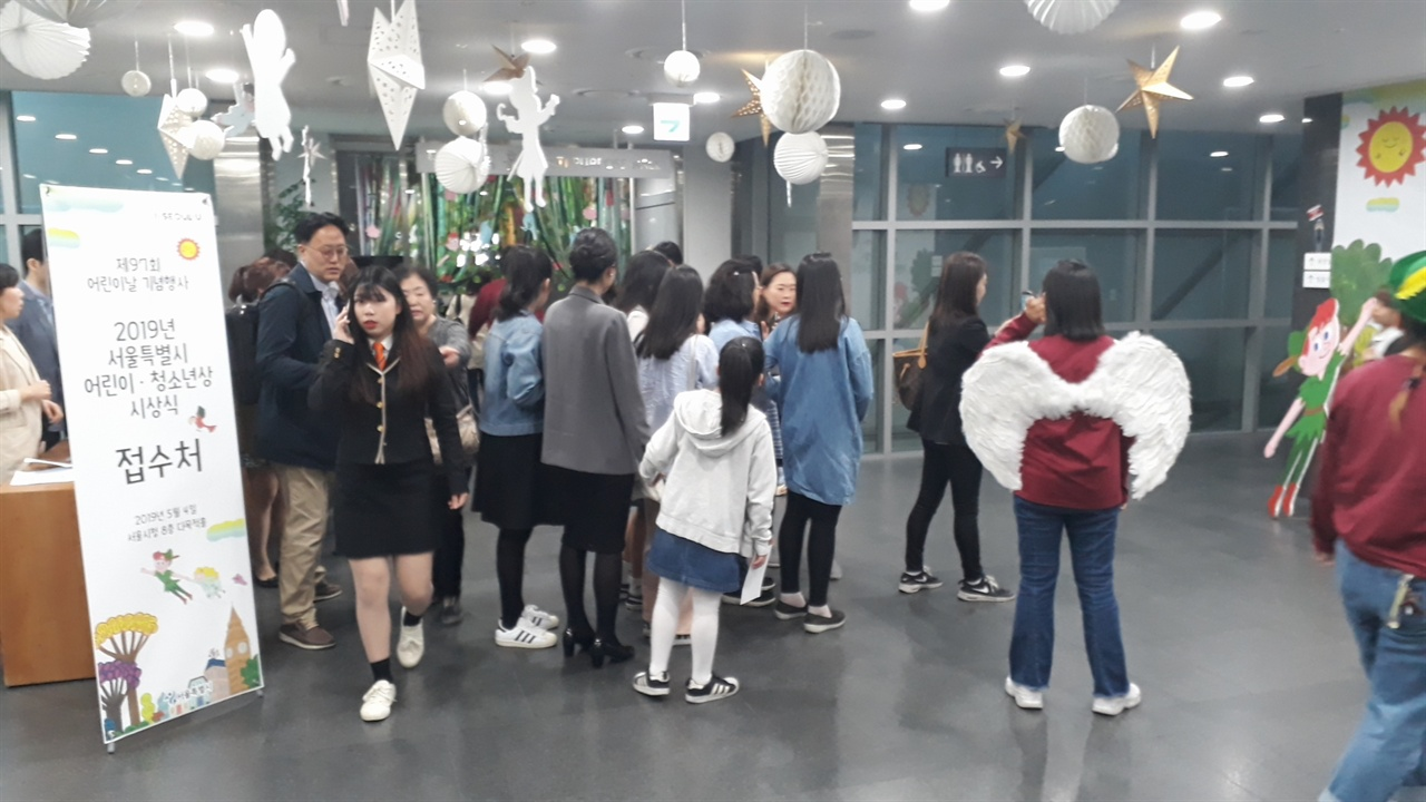 서울시청 8층에서 진행된 2019 서울특별시 어린이-청소년상 시상식 로비의 모습. 왼쪽에서는 안내를 도와주었고, 오른쪽의 포토존에서는 기념촬영이 이어진 곳이다.