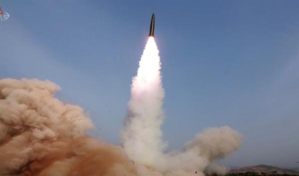 북한 조선중앙TV가 5일 전날 동해 해상에서 김정은 국무위원장 참관 하에 진행된 화력타격 훈련 사진을 방영했다.