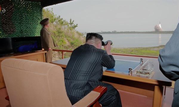 북한 조선중앙TV가 5일 전날 동해 해상에서 김정은 국무위원장 참관 하에 진행된 화력타격 훈련 사진을 방영했다. 김정은 국무위원장이 훈련을 지켜보는 모습.