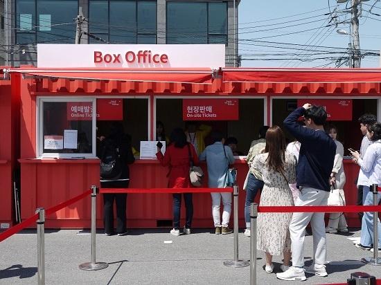 6일 전주라운지에서 온라인 예매를 하지 못한 관객들이 현장 판매 표를 사려고 줄을 서있다.