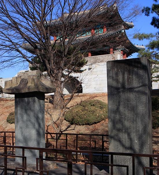 망우공원 영남제일관 앞에 옮겨 세워져 있는 '수성비'(왼쪽)와 '축성비'