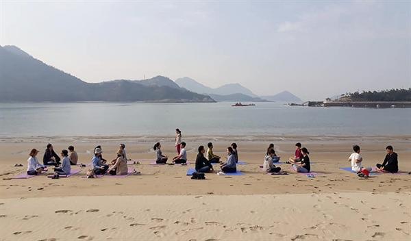 전남 신안군 도초도에 있는 섬마을 인생학교. 3기 교육과정에 참여한 이들이 시목해수욕장에서 요가 체험을 하고 있다.