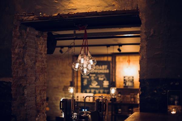 독한 칵테일을 마시며 말하는 카페 주인의 얼굴에 절망의 그림자가 드리워져 있었다.