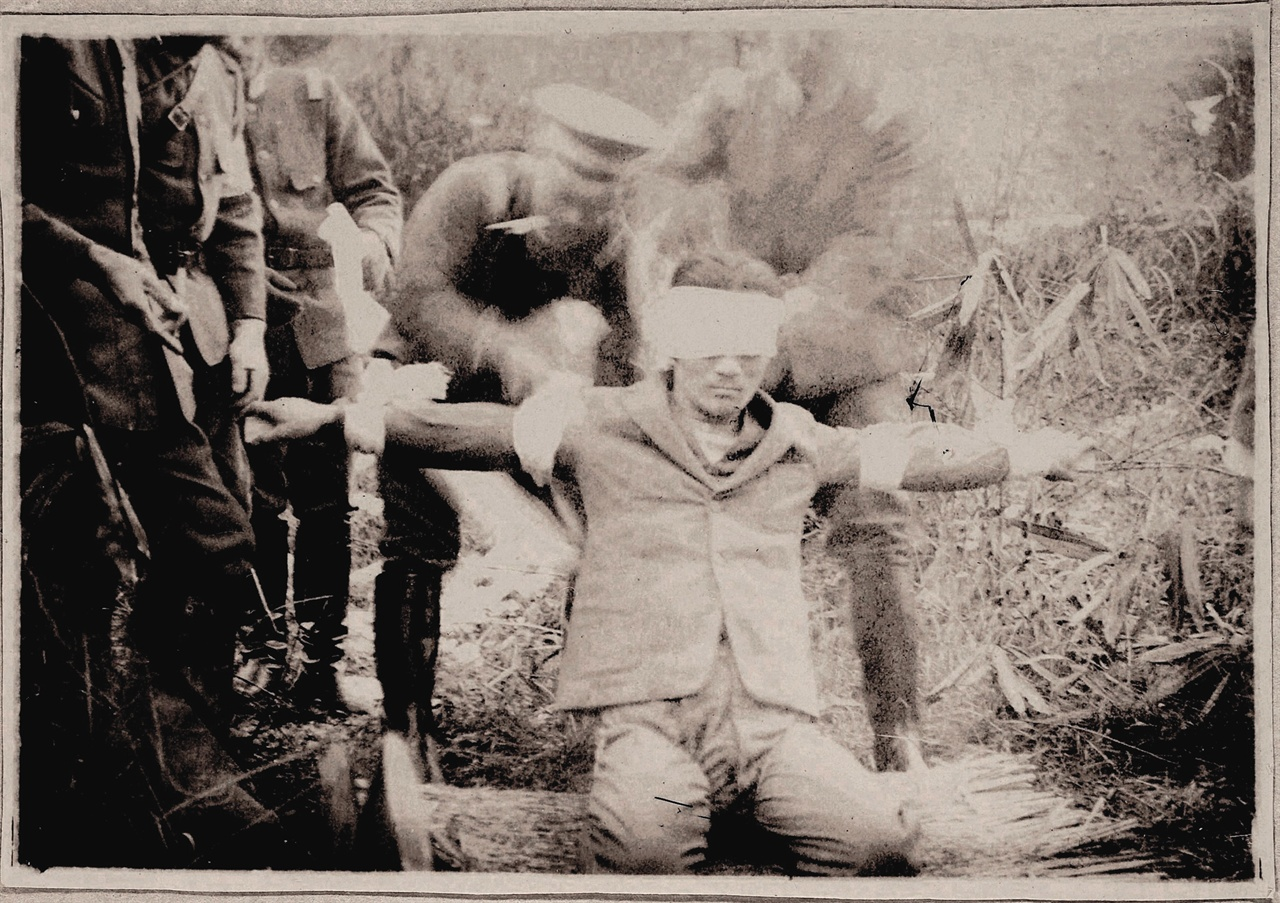 윤봉길 의사 순국하시기 전, 목재 십자가 사형대에 묶여있는 모습