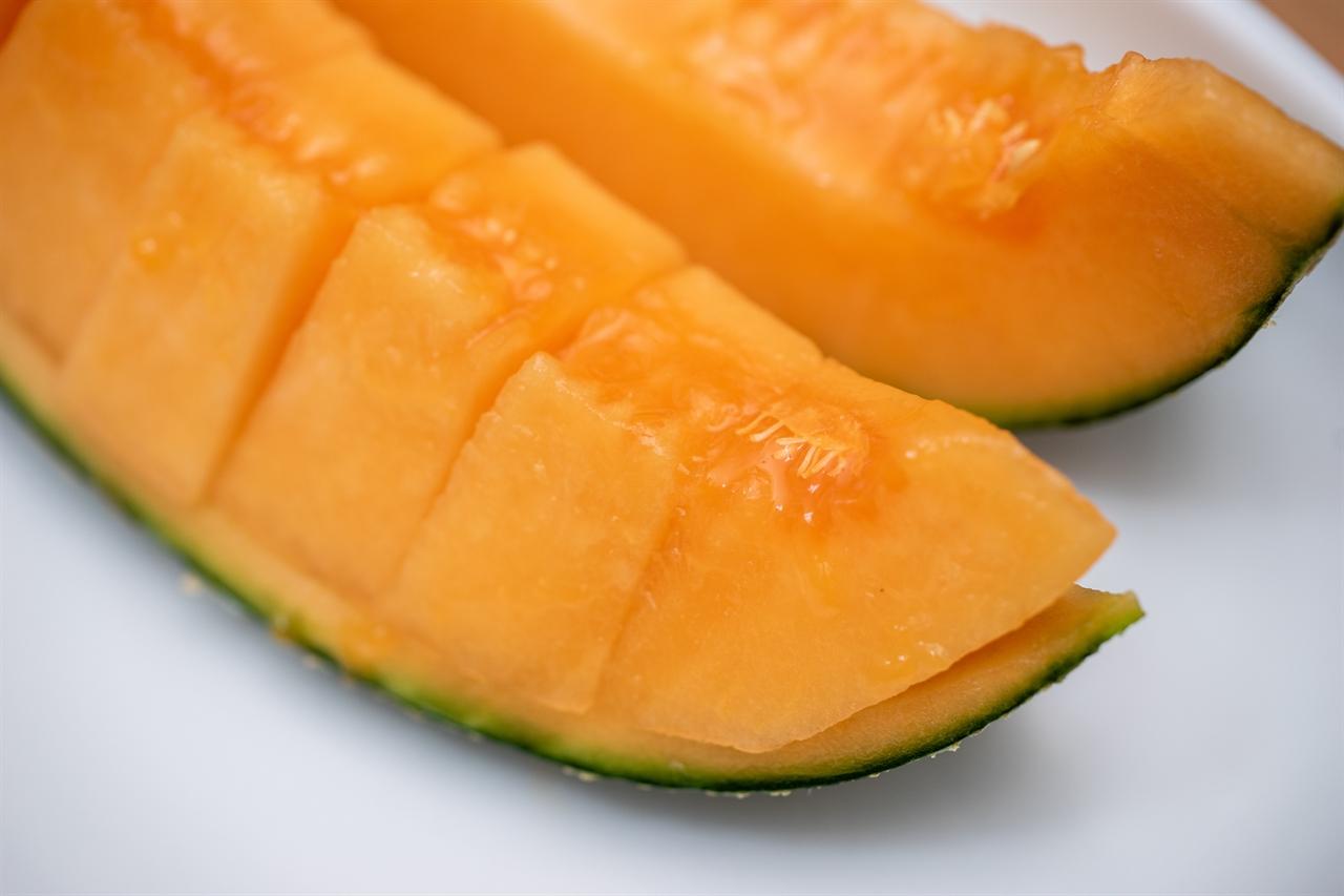 주황색인 캔털루프 멜론은 유럽과 미국에서 많이 재배하는 품종이다. 몇 년 전 경북 칠곡의 장춘농원에서 품종 개발 이후 서서히 주변 지역으로 재배 면적이 넓어지고 있다.