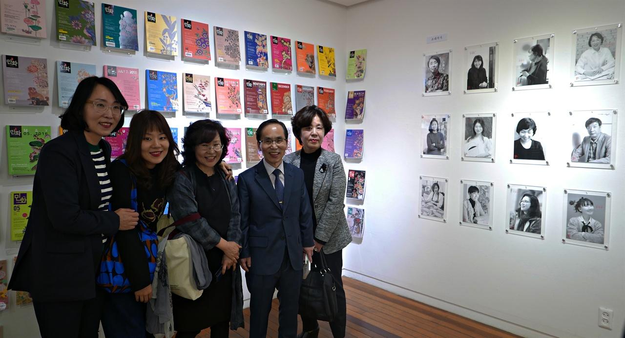 작가 또한 전시를 관람한다.  왼편부터 <민화 뉴웨이브 25인展> 참여 작가인 김민성, 김달지, 김희순. 월간민화 유정서 발행인과 정현 작가.