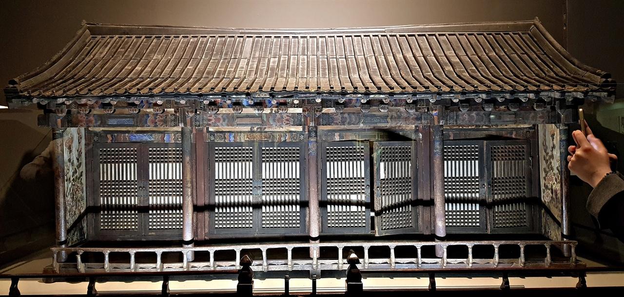 온양민속박물관의 감실.  감실의 안은 4개의 공간으로 나뉘어져, 4대 조상의 신주(조상의 가상 신체)를 모신다. 충청남도 민속자료 29호.
