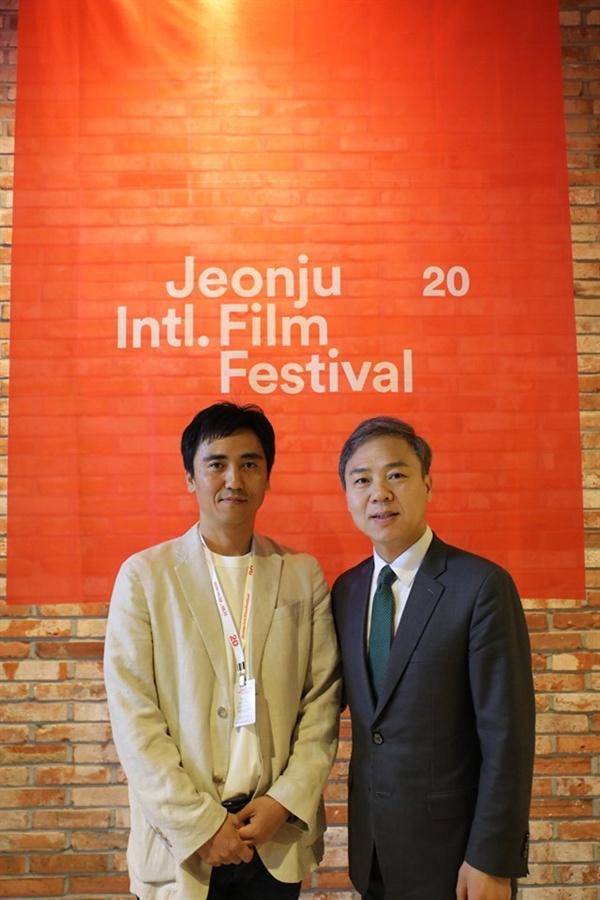 전주영화제 조직위원장인 김승수 전주시장이 6일 <김복동>을 관람후 송원근 감독을 격려했다.