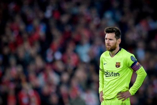 7일(현지 시각) 영국 리버풀 안필드에서 열린 리버풀FC와 FC 바르셀로나의 2018-2019 UEFA 챔피언스 리그 4강 2차전에서 패색이 짙어지자 바르셀로나 메시가 상심하는 모습이다.
