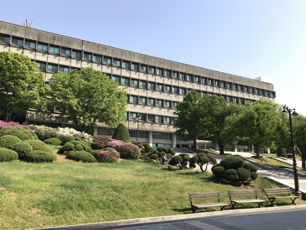 서울대학교 중앙도서관 관악캠퍼스 서울대학교 중앙도서관은 1974년 건축가 이승우가 설계했다. 철근콘크리트로 지은 6층 건물로 3,500석의 열람석과 150만 권의 장서를 소장할 수 있는 도서관이다. 1970년대 전세계 대학 캠퍼스에 거칠고 투박한 느낌의 브루털리즘(Brutalism) 사조가 유행처럼 번졌는데, 서울대학교 중앙도서관도 이런 사조를 반영한 건축물이다.