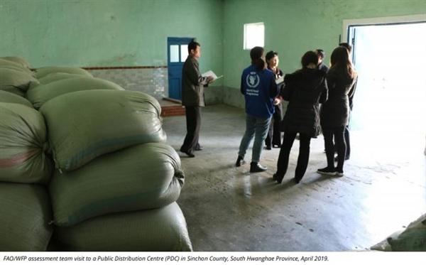 """유엔 """"북한 식량생산 10년 사이 최저... 136만t 지원 필요"""" 유엔 식량농업기구(FAO)와 세계식량계획(WFP)은 3일 올해 북한의 식량 수요를 충족하는데 필요한 곡물 수입량이 136만t이라고 발표했다. 사진은 공동 조사단이 지난 4월 황해남도의 배급소를 방문한 모습. 2019.5.3 (FAO·WFP 제공)"""