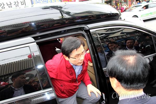 '민생투쟁 대장정'에 나선 자유한국당 황교안 대표가 5월 8일 오후 창원마산 부림시장을 방문하며 차량에서 내리고 있다.