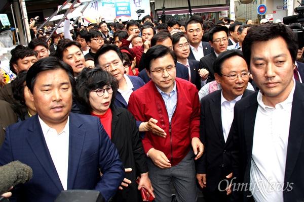 '민생투쟁 대장정'에 나선 자유한국당 황교안 대표가 5월 8일 오후 창원마산 부림시장을 방문했다.