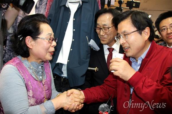 '민생투쟁 대장정'에 나선 자유한국당 황교안 대표가 5월 8일 오후 창원마산 부림시장을 방문했고, 한 사람이 건네주는 물을 받아 마시고 있다.