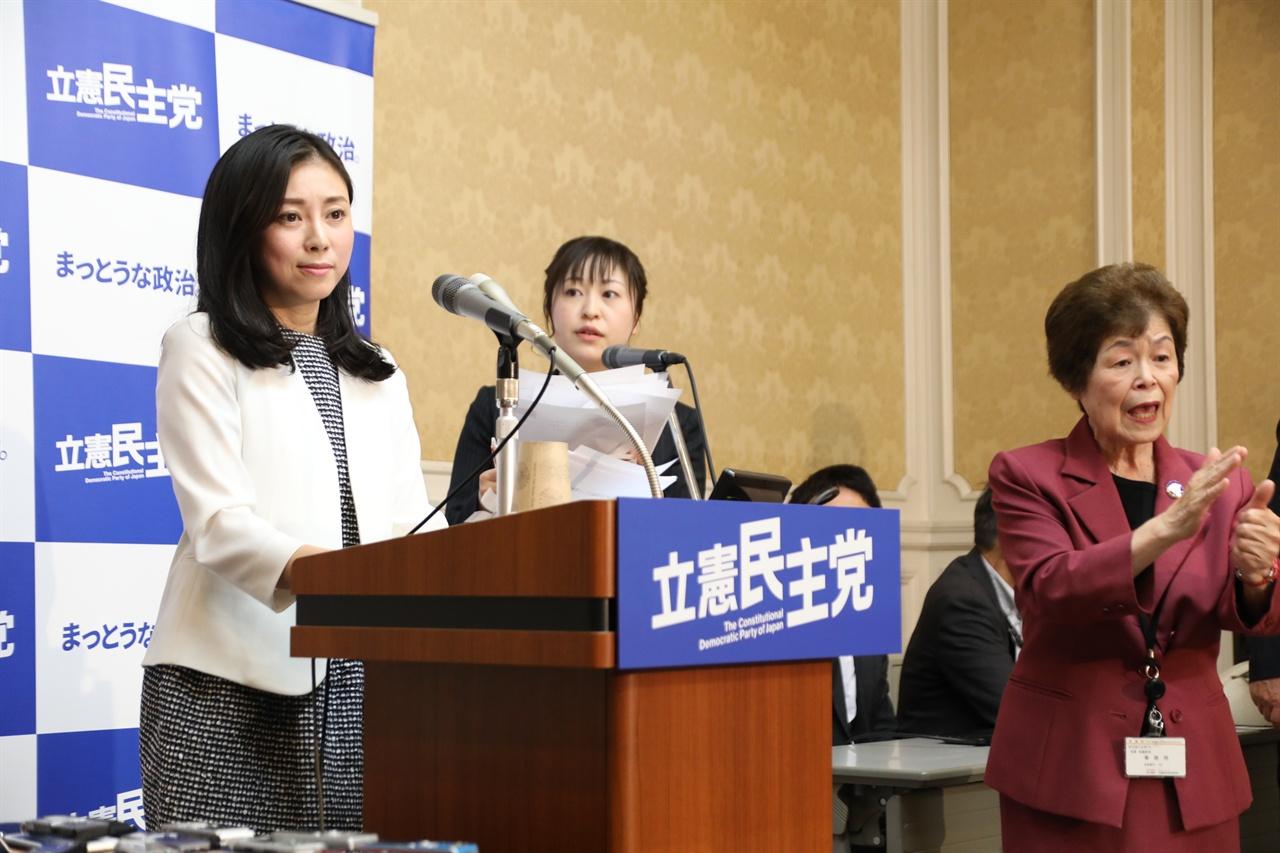 보조요원, 수어통역사와 함께 기자회견 중인 사이토 리에씨