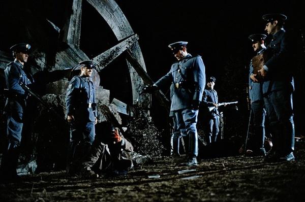 오필리아는 세 가지 과제를 수행하고자 하고, 스페인 내전의 후과는 계속된다. 영화 <판의 미로>의 한 장면.