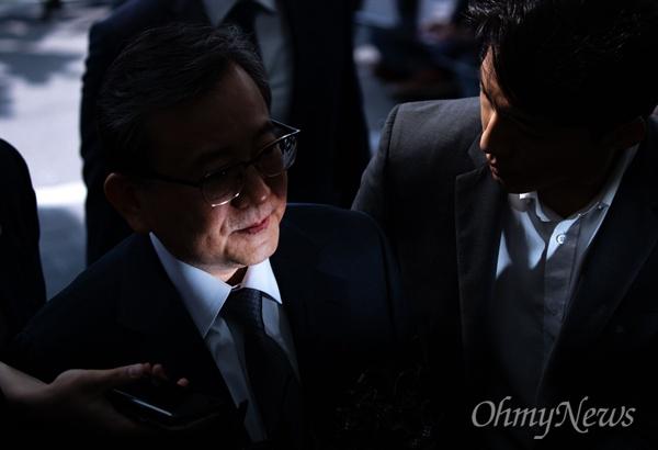 뇌물수수, 성범죄 의혹을 받는 김학의 전 법무부 차관이 9일 오전 서울 송파구 법무부 검찰과거사위원회 수사권고 관련 수사단에서 피의자 조사를 받기 위해 출석하고 있다.