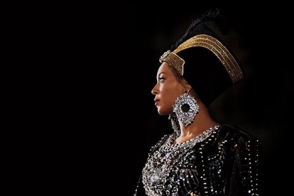 <비욘세의 홈커밍>은 미국 흑인 문화를 집약한 비욘세의 코첼라 무대와 이를 준비하는 비욘세의 치열한 현장을 전달한다.