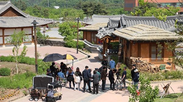 일본 여성과 한국 남성의 달달한 로맨스 <튤립모양> 영화 촬영일 충남 공주시 한옥마을에서 진행되고 있다.
