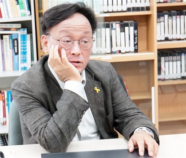 오마이뉴스와 인터뷰하는 김명인 교수