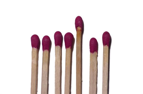 성냥개비를 두어 번 갑(匣)의 마찰 면에 그으면 매캐한 화약 냄새를 풍기며 불이 붙는 성냥이 주는 감동은 남달랐을 것이다.