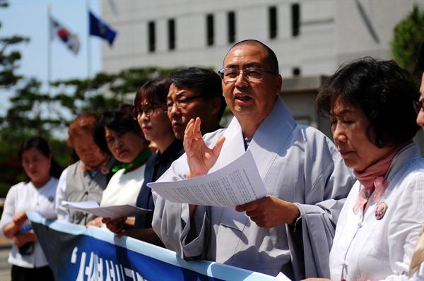 기자회견에서 부석사 주지 원우 스님이 신속한 항소심 재개를 촉구하고 있다.