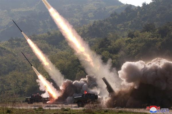 북한, 서부전선방어부대 화력타격훈련... 김정은 지도 북한이 지난 9일 김정은 국무위원장의 지도 아래 조선인민군 전연(전방) 및 서부전선방어부대들의 화력타격훈련을 했다고 조선중앙통신이 보도했다. 훈련에는 '북한판 이스칸데르'로 추정되는 발사체 외에 240mm 방사포와 신형 자주포로 보이는 무기도 동원됐다.