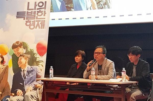 9일 오후 신도림 씨네큐에서 진행된 영화 <나의 특별한 형제> GV 현장. 이날 관객과의 대화는 육상효 감독과 심재명 명필름 대표가 참석한 가운데 이선필 오마이뉴스 기자 사회로 진행됐다.