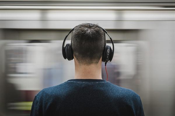 지하철을 기다리는 남자.