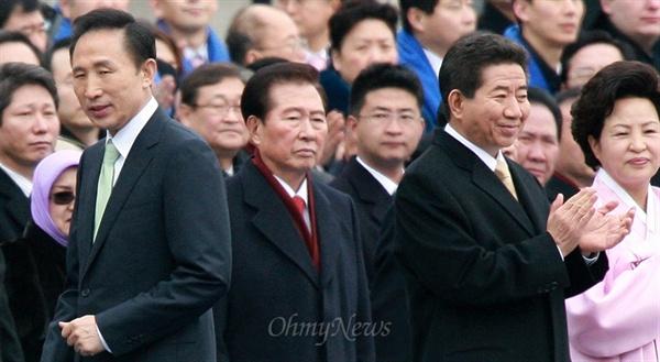 지난 2008년 2월 25일 국회에서 열린 제17대 대통령 취임식에서 취임 선서를 마치고 자리로 돌아가는 이명박 대통령 뒤로 고 김대중, 노무현 전 대통령의 모습이 보인다.