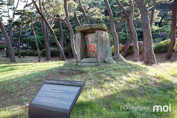 2000년 유네스코 세계유산 경주역사유적지구로 등재된 경주 남산동 석조감실 정면 모습(붉은점선 안이 불상이 있었던 자리)