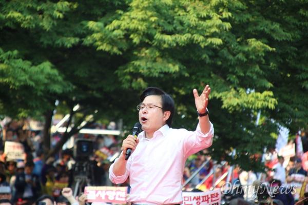 황교안 자유한국당 대표가 11일 오후 대구문화예술회관 앞에서 열린 자유한국당 주최 집회에서 당원과 지지자들을 향해 발언을 하고 있다.