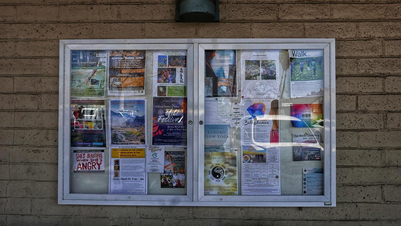 다운타운 마트 게시판에 붙은 광고지. 명상과 요가 관련 행사가 많다.