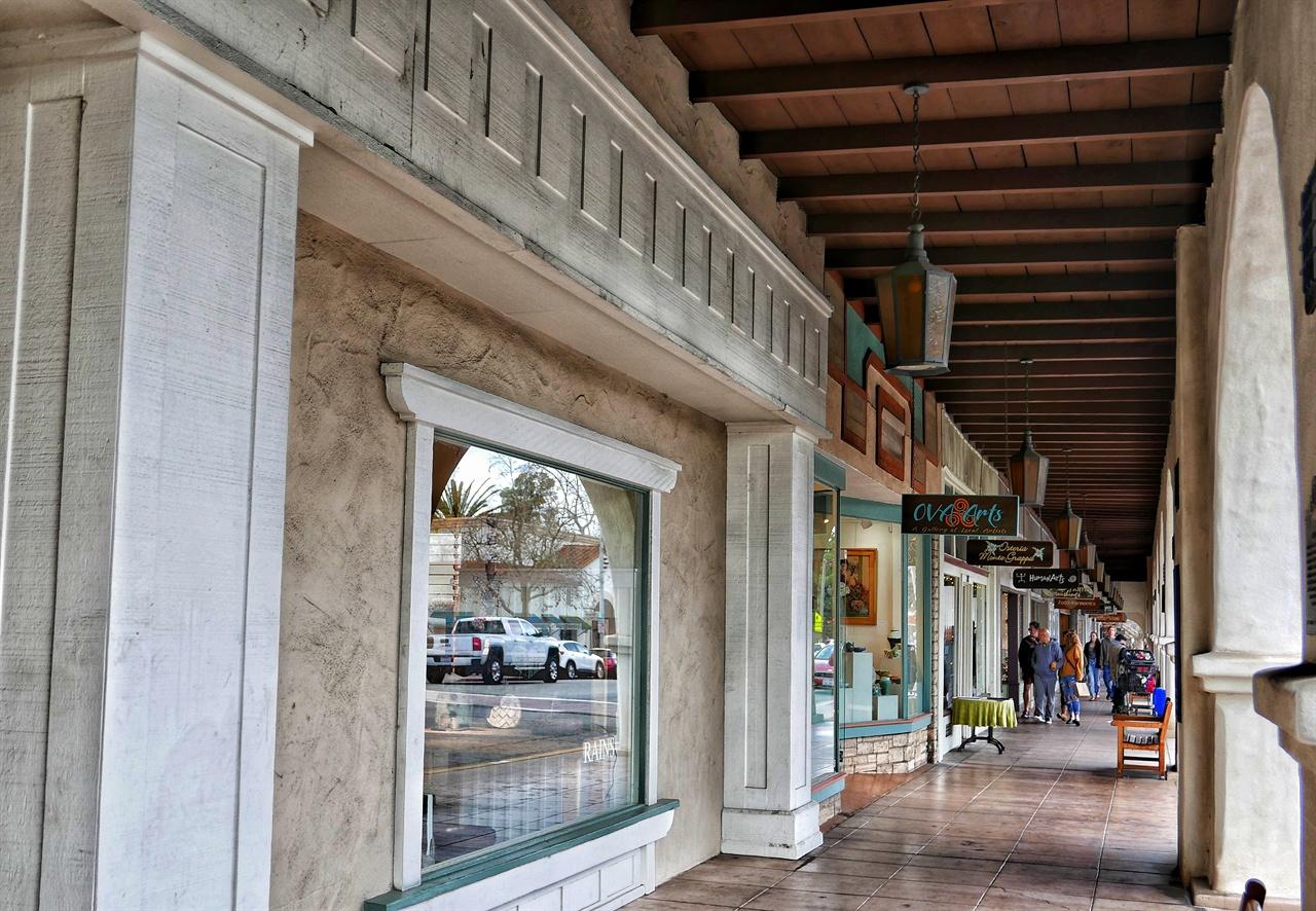 오하이 다운타운 내 아케이드. 편의점이 없는 오하이에는 개성 있는 수공예품 가게와 유기농 식당들이 많다.