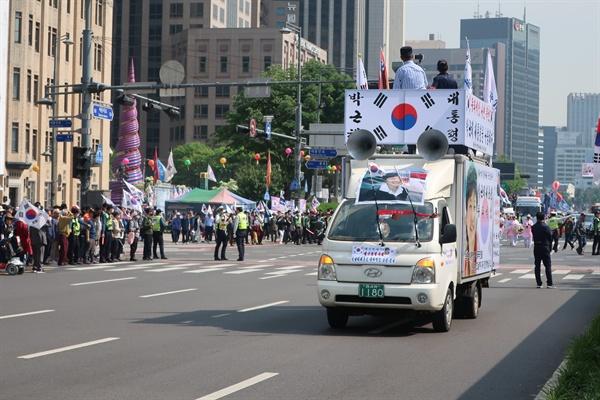 11일 오후 대한애국당 지지자들이 '박근혜 석방'을 외치며 도보행진을 진행했다.