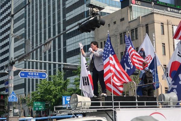 11일 오후 대한애국당 지지자들이 광화문 광장을 행진하며 '문재인 빨갱이, 처단하라' 등 과격 구호를 외쳤다.
